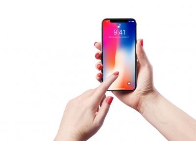 2个不同角度手握iPhone X手机样机模型psd源文件