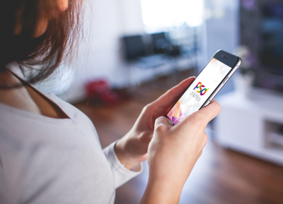 女人侧脸手拿iphone样机模型Mockup PSD文件下载
